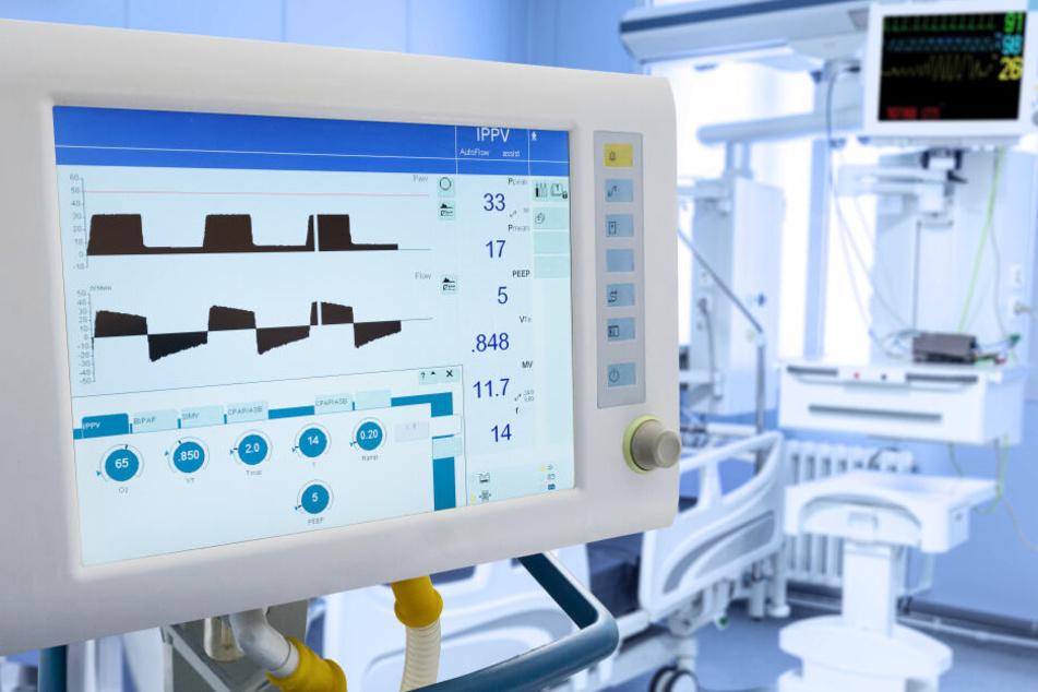 Bildschirm eines Lungenbeatmung-geräts auf der Intensivstation. (Symbolbild)