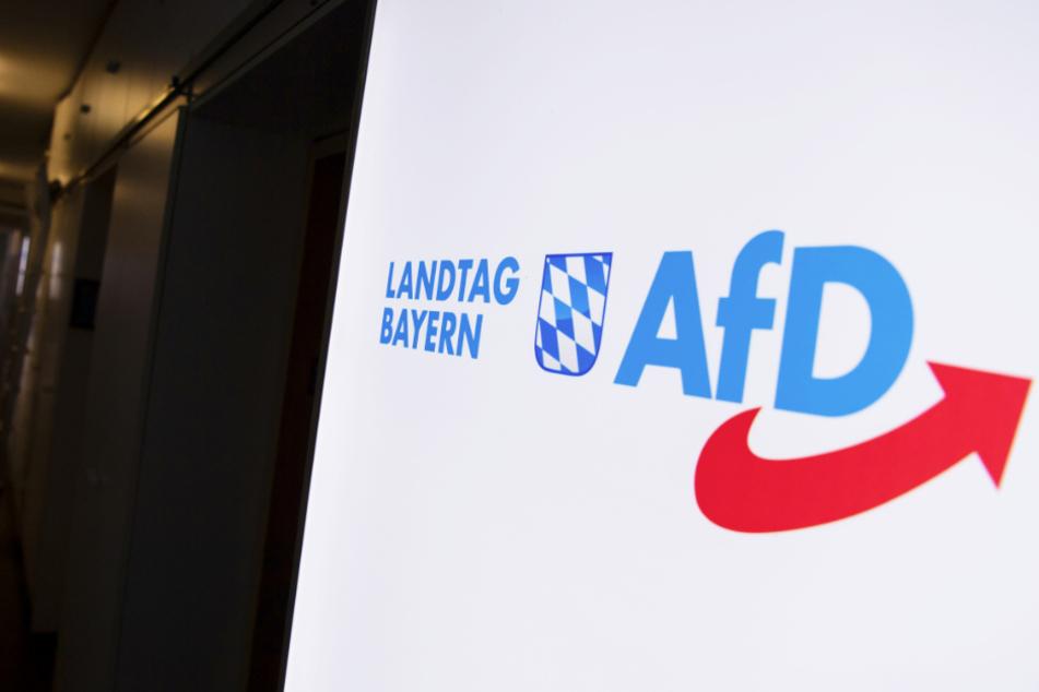 Das Logo der AfD hängt in einem Flur des bayerischen Landtags.