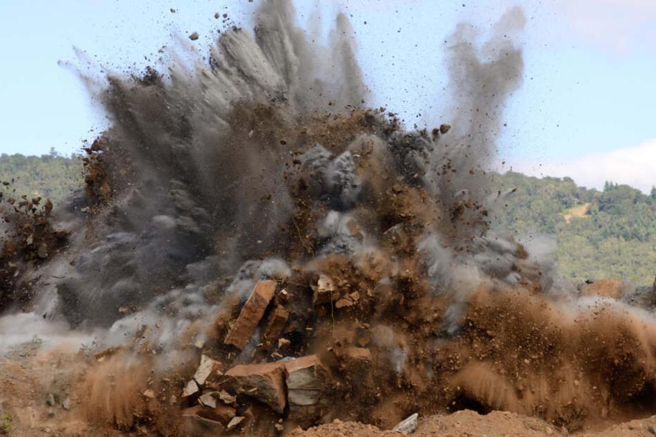 Sprengung geht schief: Steinbrocken schlagen in Wohngebiet ein!