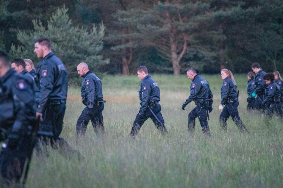 Einsatzkräfte der Polizei durchkämmten eine Wiese in der Fischbeker Heide.