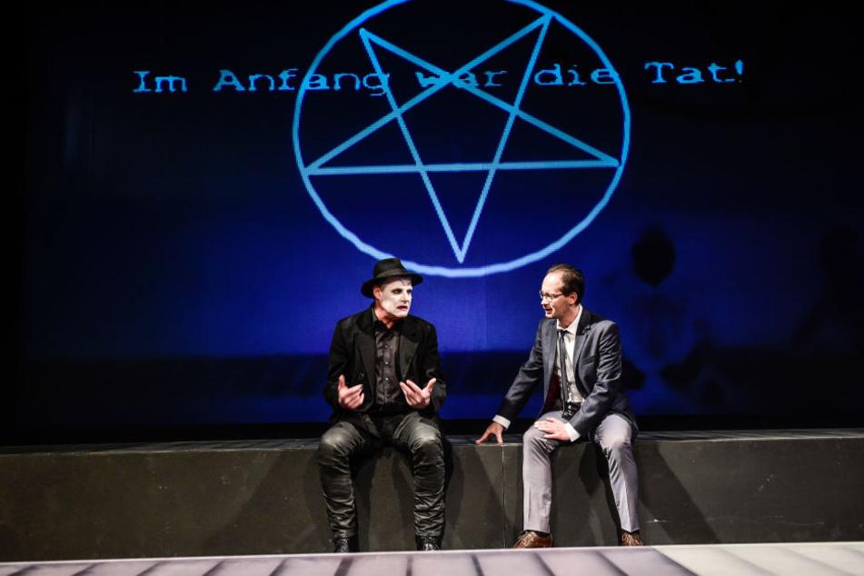Mephisto (Dirk Glodde) und Faust (Philipp Otto) vor dem Pakt.