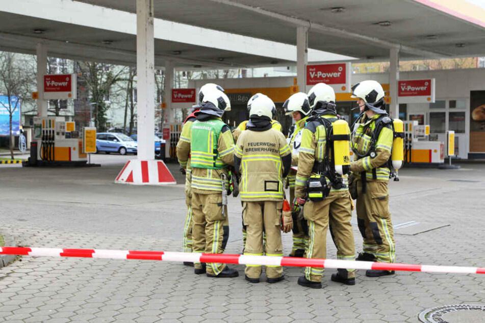 Die Feuerwehrleute werteten die Ergebnisse der Gas-Messung aus.