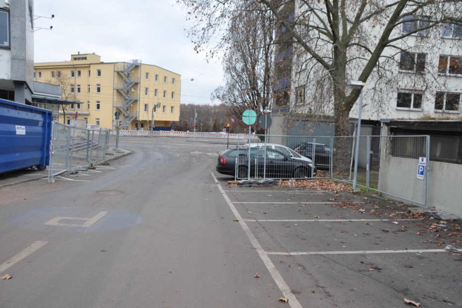 Sobald ein Fahrzeug auf dem ehemaligen Kundenparkplatz des Opel-Staiger-Geländes parkt, wittert ein Abschleppdienst offenbar fette Beute.