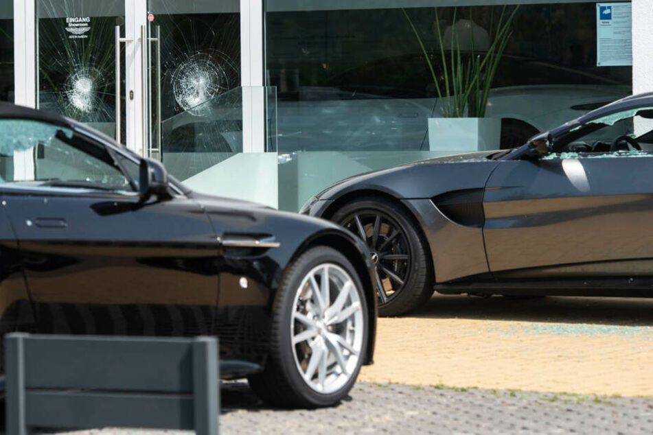 Mehr als 40 Luxus-Autos wurden beschädigt.