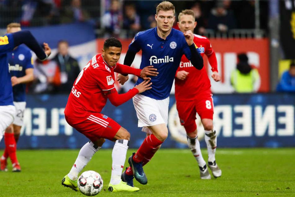 Douglas Santos (links) kämpft mit Kiels Alexander Mühling um den Ball.