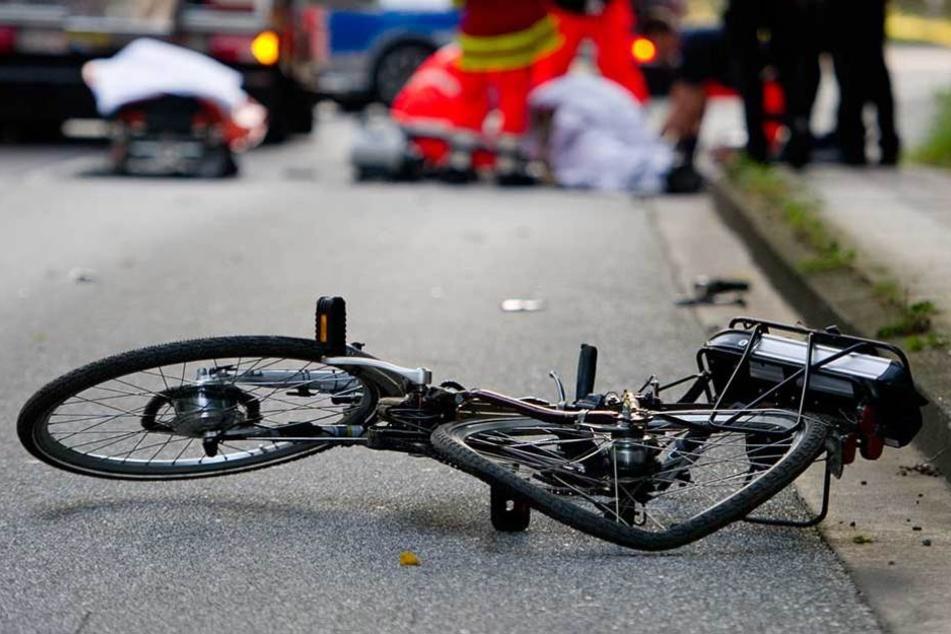 Der Junge wurde mit seinem Fahrrad von einem Bus angefahren.