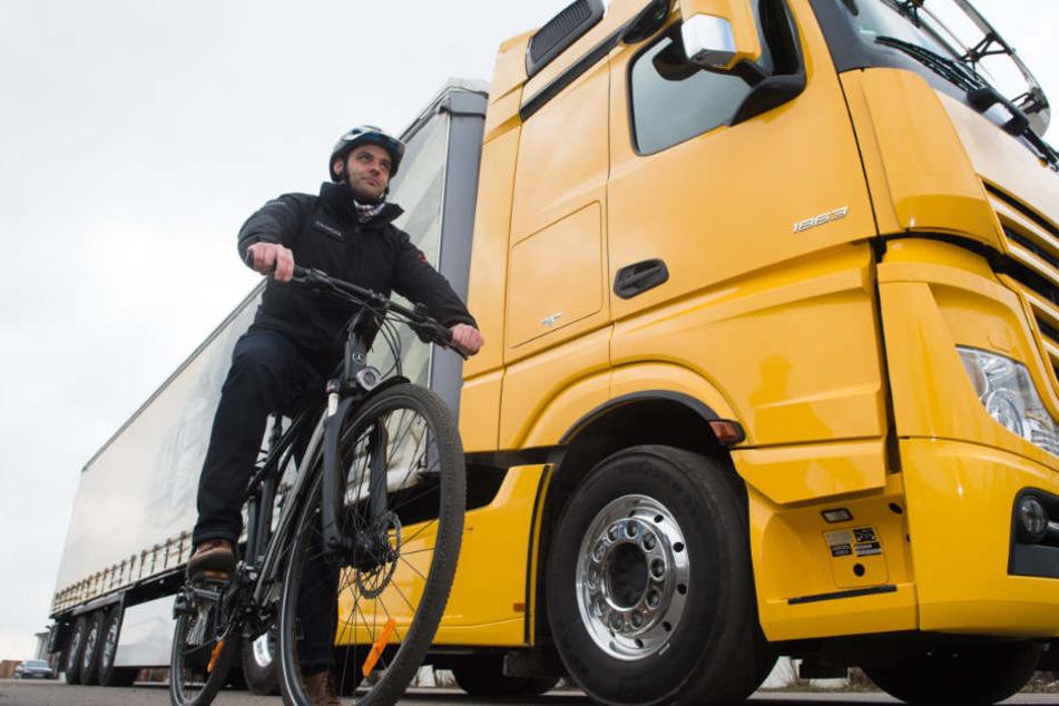 Zusammenstöße zwischen Lastwagen und Radfahrern enden für die Radler oft tödlich, Abbiege-Assistenten könnten viele Unfälle verhindern.