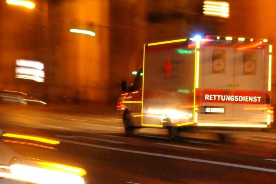 Der Lasterfahrer wurde bei einem Sturz an der Unfallstelle verletzt. (Symbolbild)