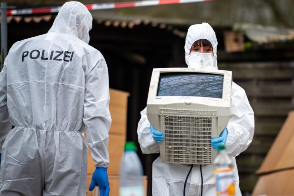 Auf dem Campingplatz in Lüdge haben Polizeibeamte der Spurensicherung unter anderem einen Monitor sichergestellt.