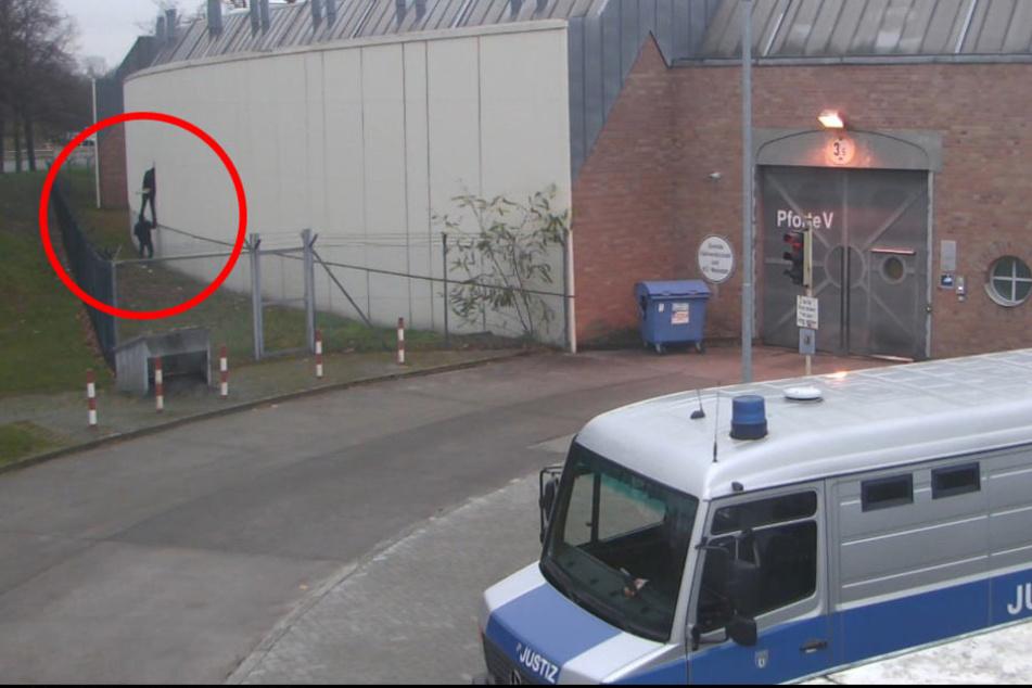Vier Gefangene sind durch einen aufgebrochenen Lüftungsschlitz in der Werkstatt der Justizvollzugsanstalt geflohen.