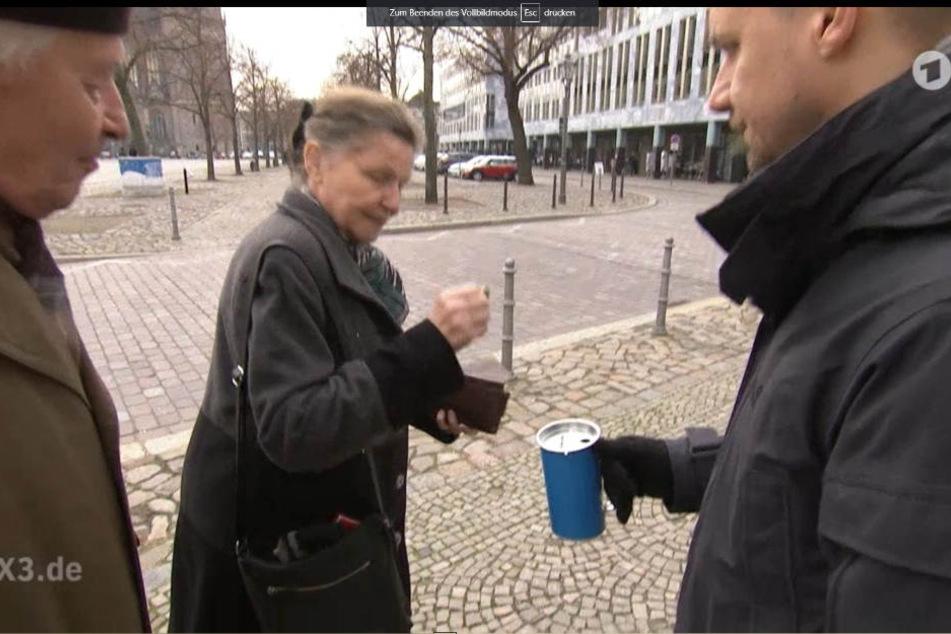 Tobias Schlegl (41) sammelte Spenden für AfD. Nach vielen Fehlversuchen warf diese Dame ein wenig Geld in die Büchse.
