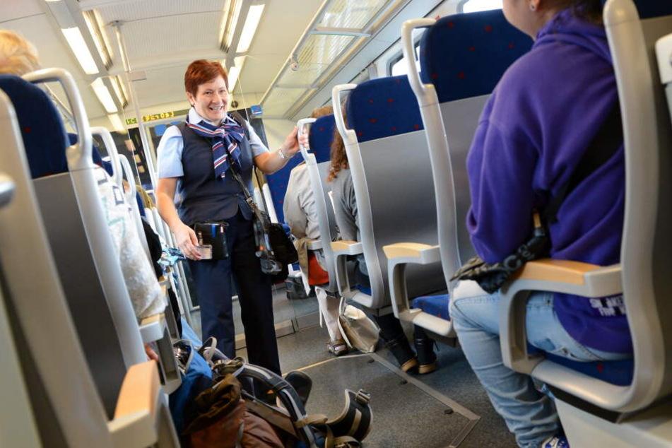 Trotz vieler genervter Passagiere möglichst gelassen und wohlgelaunt bleiben: Der Job als Zug-Schaffner ist eine schwere psychologische Belastung.