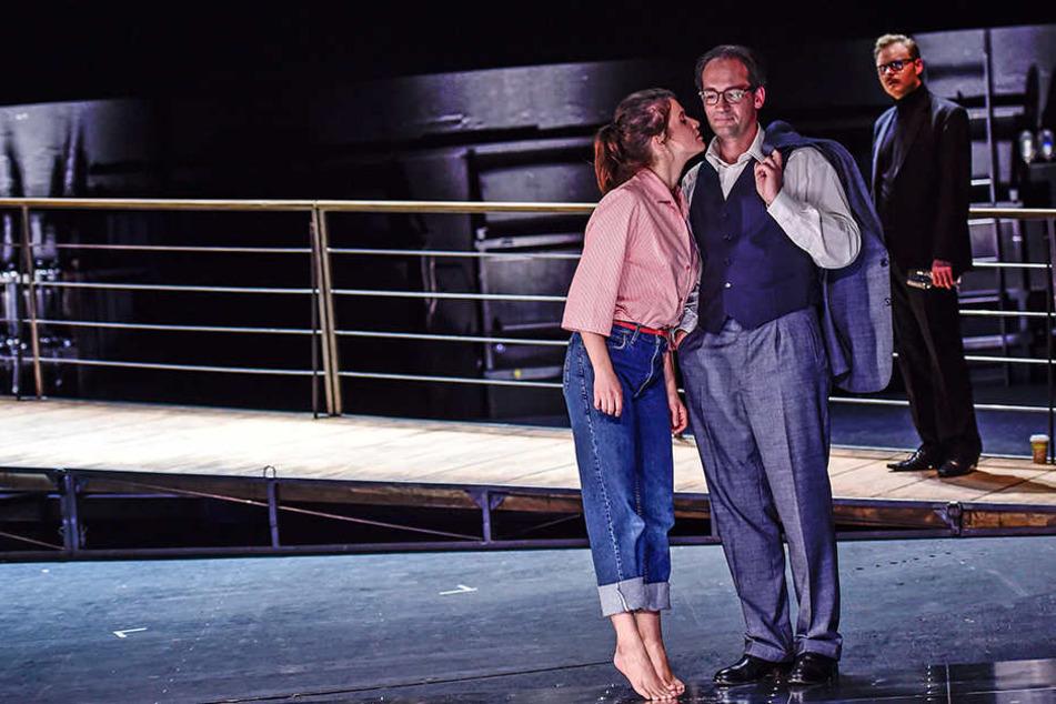 Elisabeth (Seraina Leuenberger) und Faber (Philipp Otto) haben eine ganz besondere Beziehung zueinander. Erst später erfährt er, dass sie seine Tochter ist.