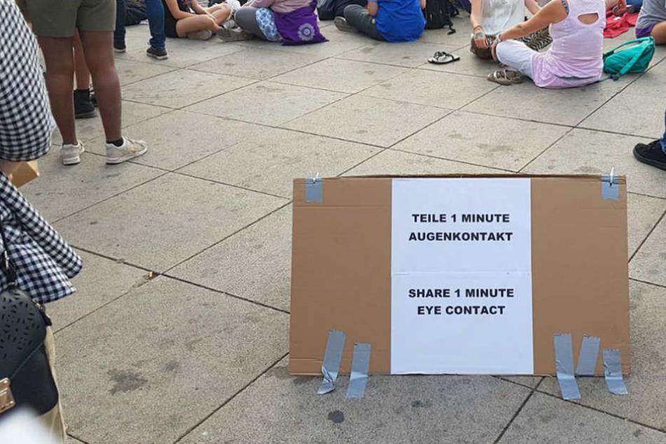 Auf dem Alexanderplatz luden die Veranstalter zum Augenkontakt-Experiment ein.