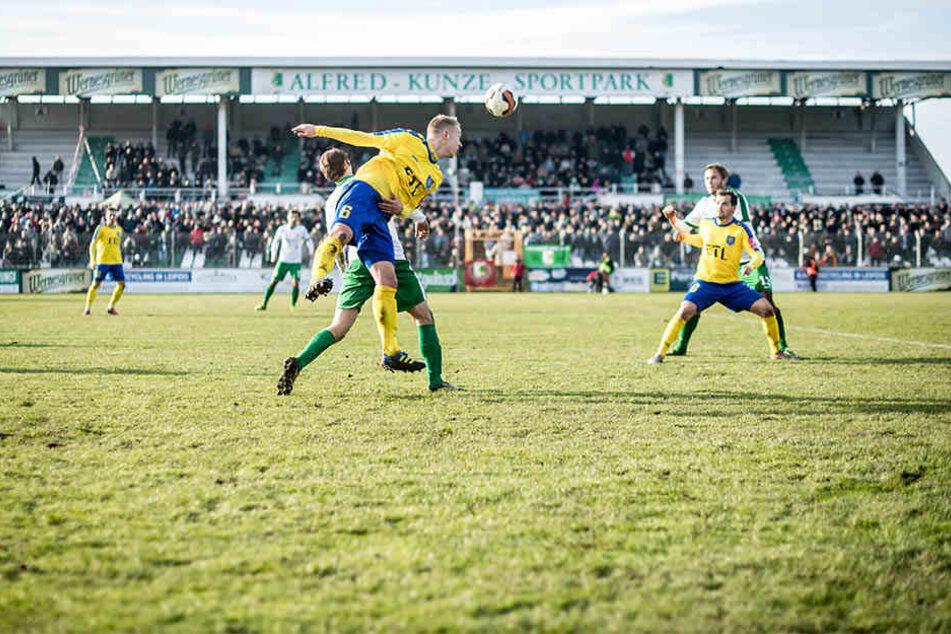 Der Vorstand des BSG Chemie Leipzig hofft, dass Fans die Spiele bald wieder auf der überdachten Tribüne verfolgen können, wie hier beim Spiel gegen Lok Leipzig im November 2016.