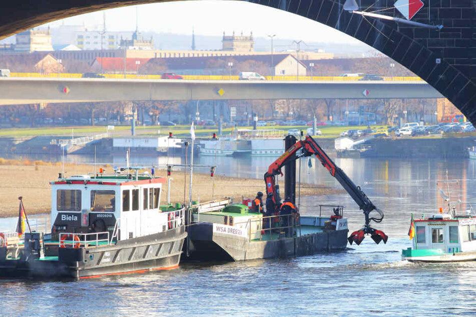 """Peilschiff """"Jana"""" (r.) suchte zuerst, bevor """"Biela"""" mit dem Greifer zum Einsatz kam."""