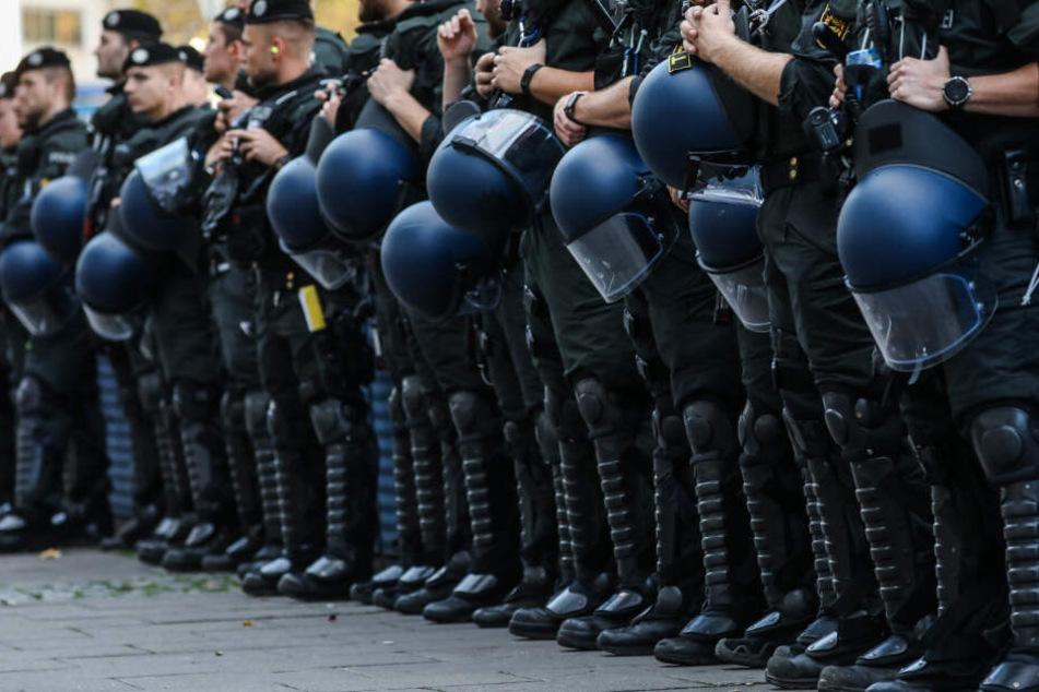 Die Polizisten setzten in Mannheim teilweise Schlagstöcke ein. (Symbolbild)
