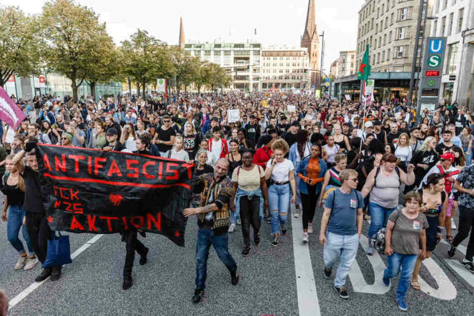 Der Gegenprotest hatte am Ende deutlich mehr Teilnehmer als die eigentliche Anti-Merkel-Kundgebung.