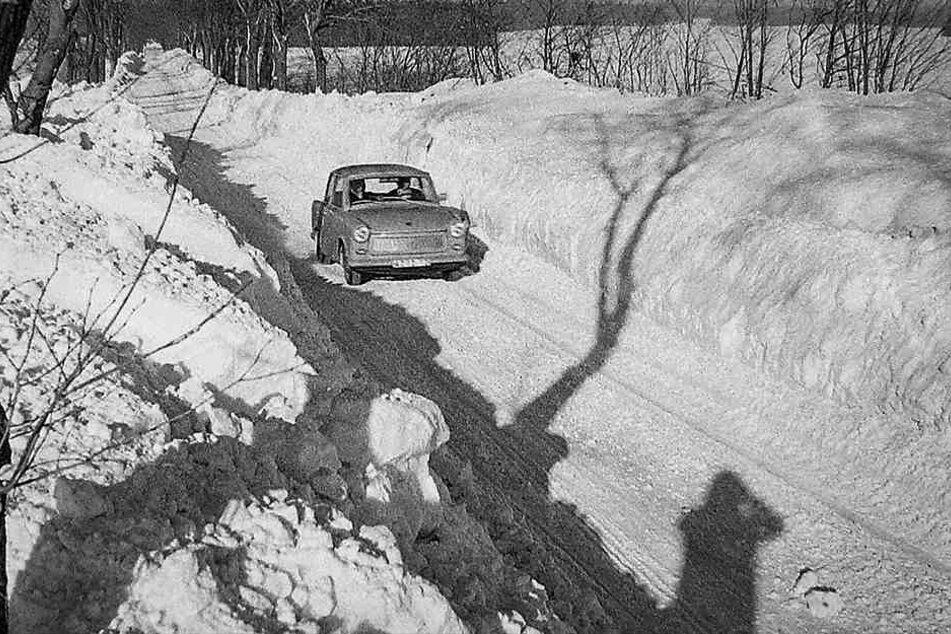 Ein Trabant passiert Anfang Januar 1979 eine von Kettenfahrzeugen frei geräumte Straße.