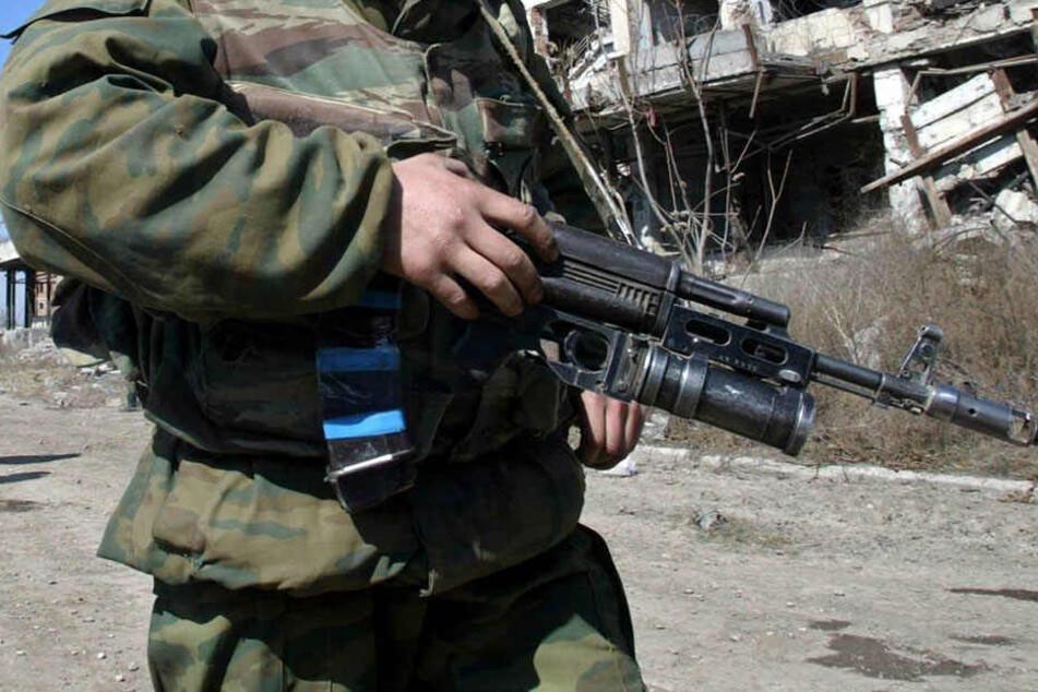 Der Soldat ist mit der geladenen Maschinenpistole auf der Flucht!