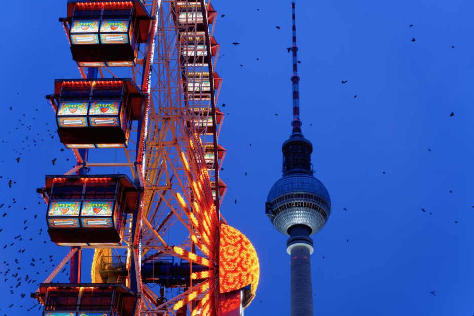 Mit Blick auf den Fernsehturm auf dem Riesenrad in Weihnachtsstimmung kommen.
