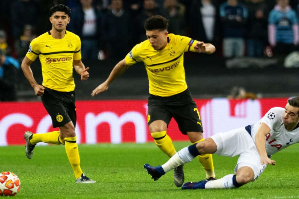 Zurück in seiner englischen Heimat: Dortmunds Jadon Sancho (M.) im Duell mit Tottenhams Harry Winks (r.). BVB-Mittelfeldspieler Mahmoud Dahoud beobachtet den Zweikampf.