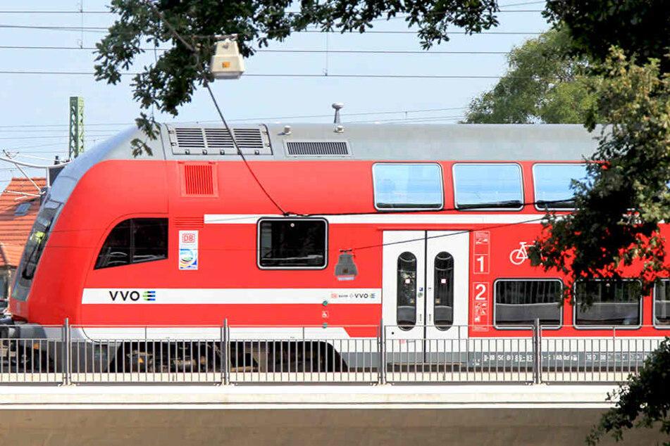 Der Zug war gerade in Richtung Meißen unterwegs, als es zum Vorfall mit Verletzungsfolge kam.