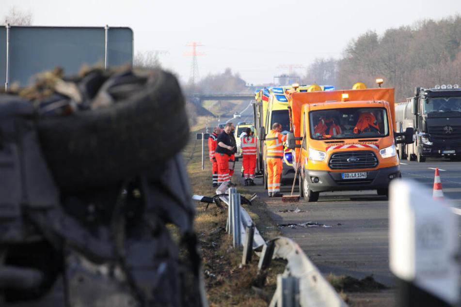 Rettungskräfte kümmerten sich vor Ort um die Verunfallten. Der Verkehr lief indes weiter.