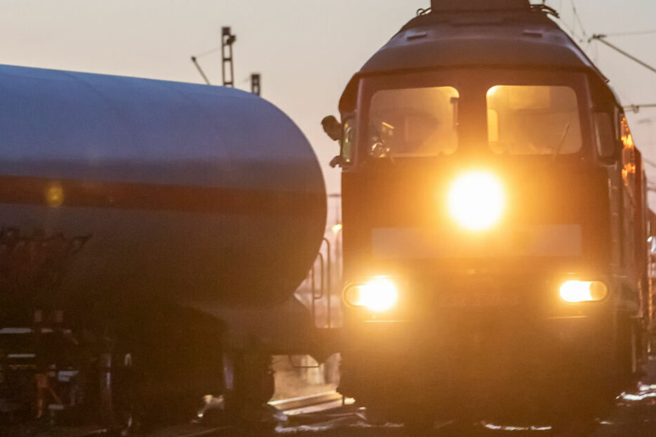 Ein 16 Jahre alter Jugendlicher ist von einem Güterzug erfasst worden. (Symbolbild)