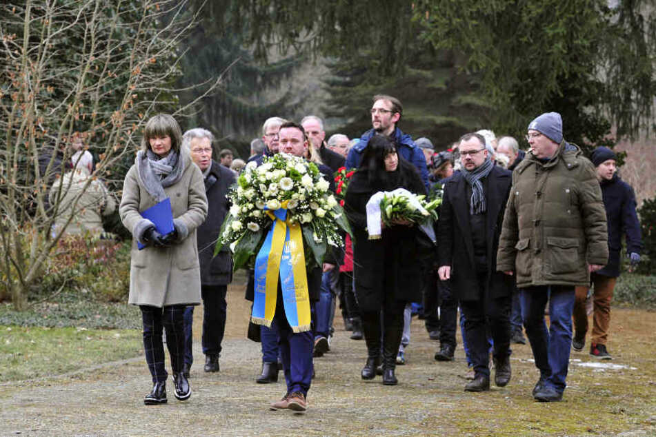 Mit einer Kranzniederlegung auf dem Städtischen Friedhof hat am Morgen das Gedenken zum Friedenstag begonnen.