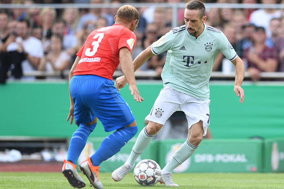 Ein Dauerduell: Franck Ribery (rechts) gegen Drochtersens starken Rechtsverteidiger Meikel Klee, seines Zeichens Maurer und bekennender Bayern-Fan.