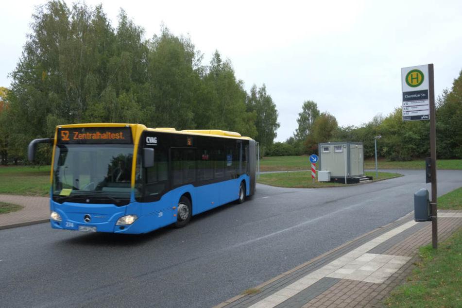 Zwei Unbekannte griffen einen Busfahrer an der Wendeschleife an.
