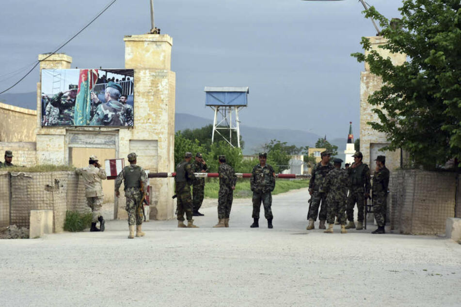 Bei einem Angriff der Taliban auf eine Militärbasis in der afghanischen Provinz Balch sind mindestens 140 Soldaten getötet worden.
