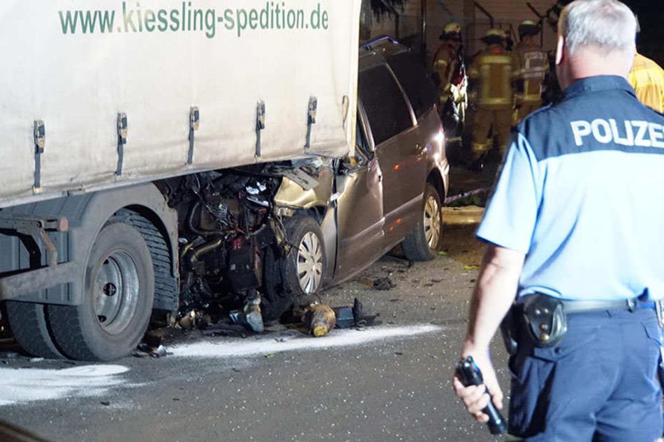Der Ford schob sich durch die Wucht des Aufpralls unter den Lastwagen.