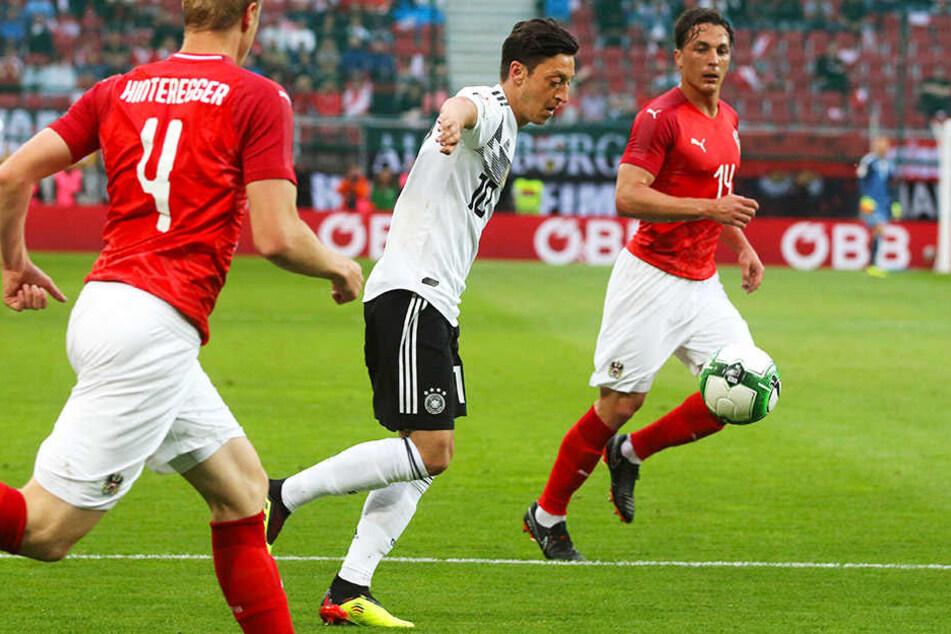 Wurde bei der 1:2-Niederlage in Österreich ausgepfiffen: Mesut Özil (m.).
