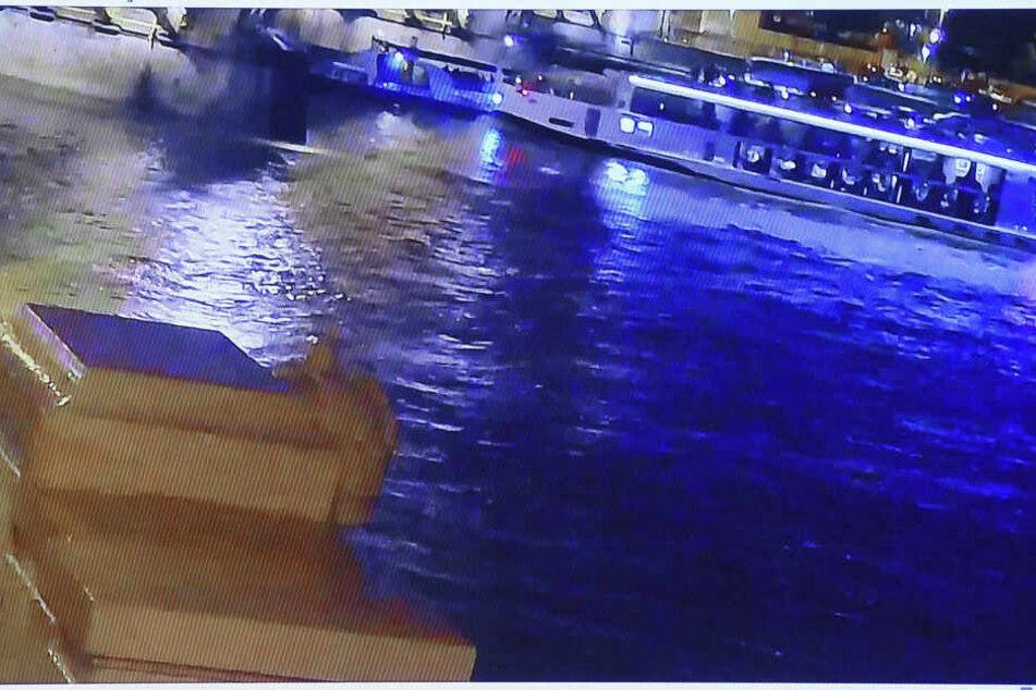 """Das Videostandbild zeigt während einer Pressekonferenz den Augenblick vor dem Zusammenstoß des Flusskreuzfahrtschiffs """"Viking Sigyn"""" (r.) mit dem Ausflugsschiff """"Hableany""""."""