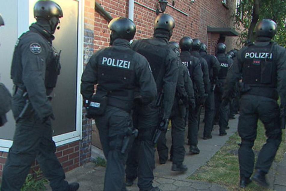 Zahlreiche Einsatzkräfte stürmten das Mehrfamilienhaus.