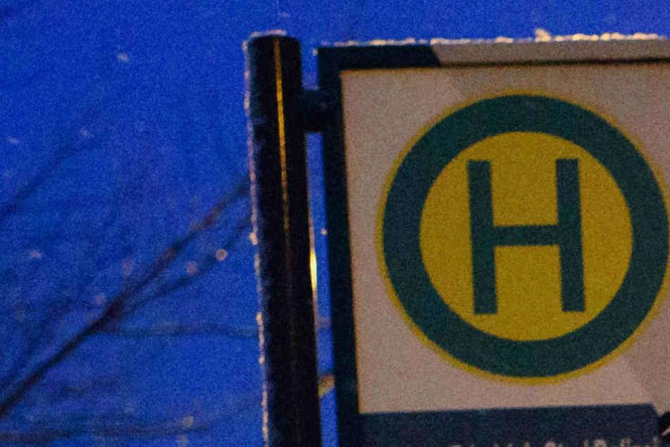 """Der Mann folgte der Frau aus dem Bus heraus an der Bushaltestelle """"Höhscheider Straße"""". (Symbolbild)"""