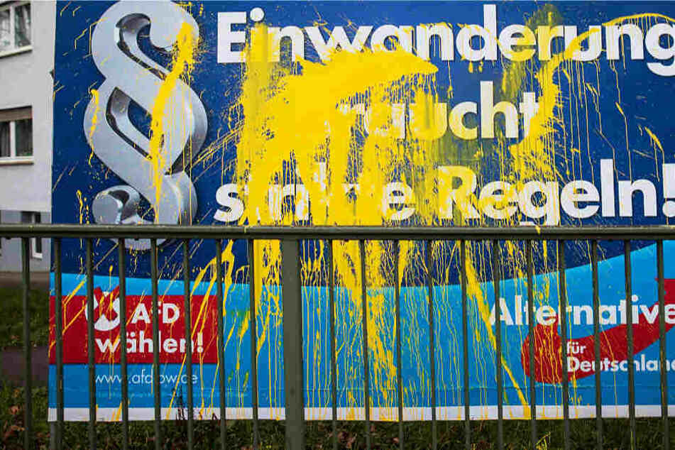Die AfD wird im laufenden Wahlkampf immer wieder mit zerstörten Plakaten konfrontiert (Archivbild).