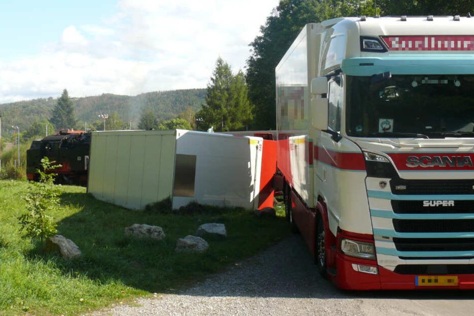 Am Bahnübergang Bielsteinchaussee in Wernigerode übersah der Lkw-Fahrer die Harzer Schmalspurbahn.