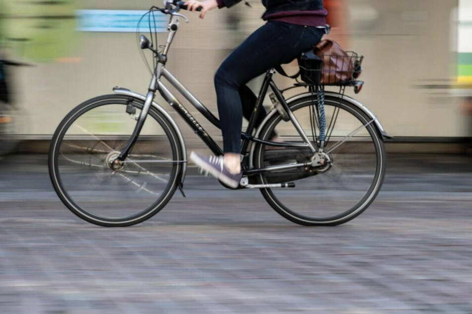 Leipzig: Mann fährt junge Radfahrerin um und beschimpft sie!