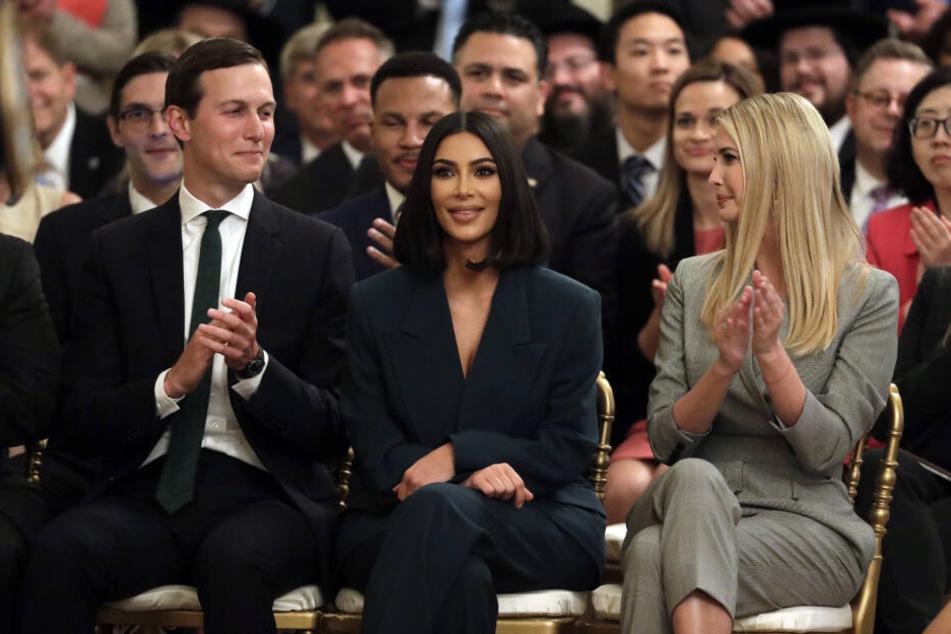 Kardashian-West (Mitte) gehört zu einer Gruppe Prominenter und Aktivisten, die mit US-Präsident Trump über eine Reform der US-Strafjustiz diskutiert hatten.