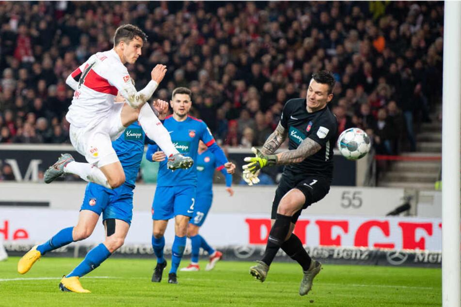 Marc Oliver Kempf (l) vom VfB Stuttgart macht das Tor zum 1:0 gegen Torwart Kevin Müller (r) vom 1. FC Heidenheim.