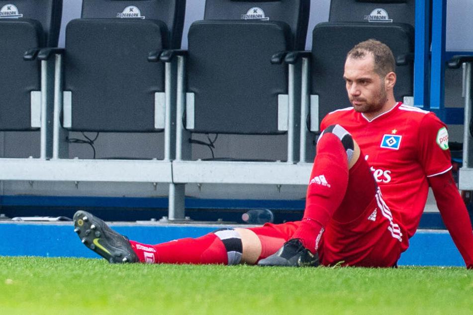Pierre-Michel Lasogga sitzt nach der Niederlage frustriert vor der Trainerbank.
