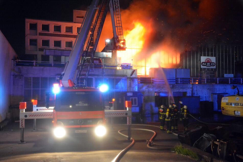 Täglich muss die Feuerwehr anrücken – wie hier in Hamburg wegen einer brennenden Lagerhalle (Foto: -/citynewstv/dpa).