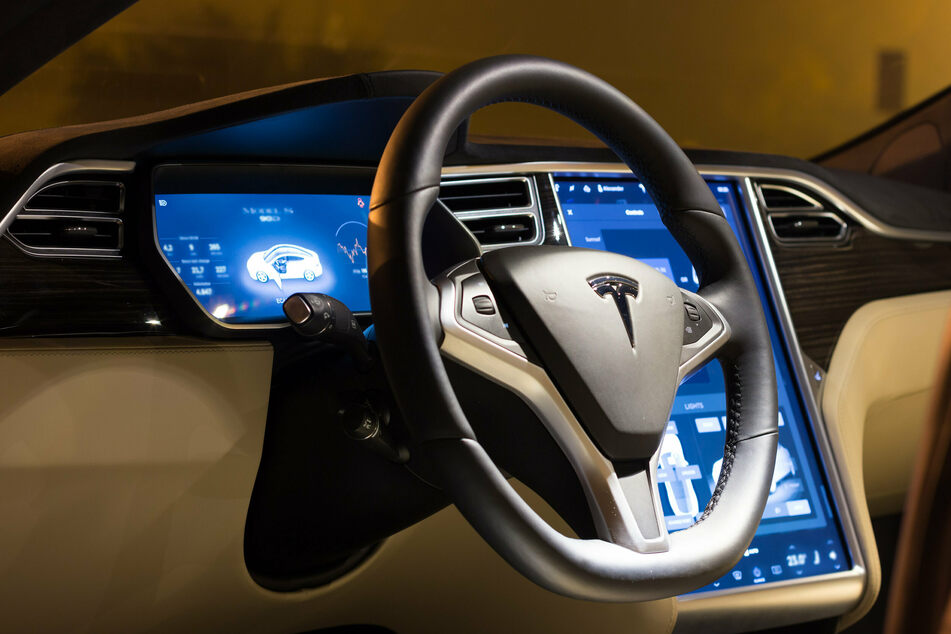 Tesla's latest update for full self-driving mode comes with a warning, telling drivers to keep their hands on the wheel.