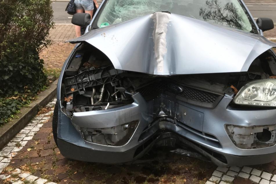 Das Foto zeigt das Autowrack in der Gaustraße in Worms. Der Wagen donnerte frontal gegen eine Laterne.