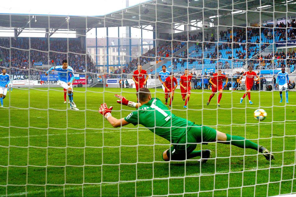 18 Tore nach Standards - damit ist der CFC Liga-Spitzenreiter! Achtmal traf der Club vom Elfmeterpunkt. Hier lässt Philipp Hosiner (l.) Kaiserslauterns Torhüter Lennart Grill keine Chance.