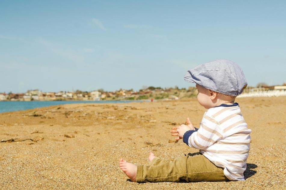 Kleinkinder sollten erst nach und nach an den Aufenthalt in der Sonne gewöhnt werden.