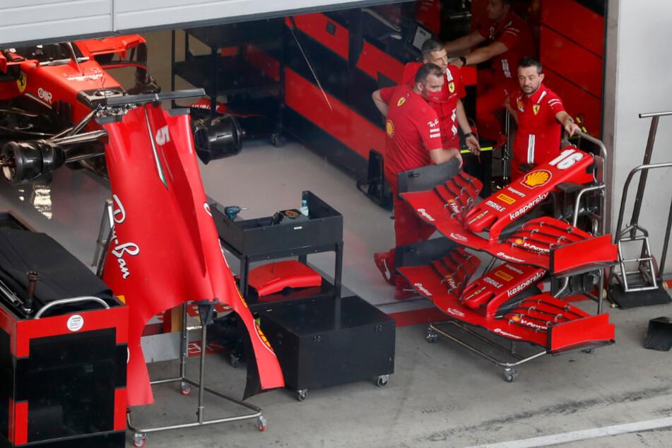 Techniker arbeiten am Auto von Sebastian Vettel aus Deutschland vom Team Ferrari.